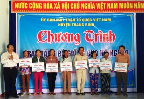 Quang Nam trao 32 con bo giong cho cac ho ngheo - Anh 2