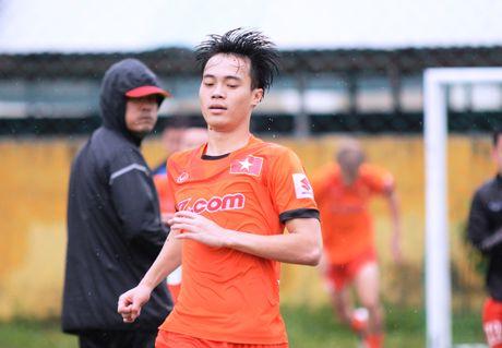 Xuan Truong tap bong nem duoi mua cung tuyen Viet Nam - Anh 9