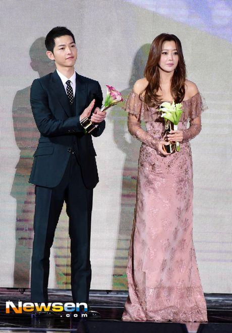 Song Joong Ki noi ve tin cuoi Song Hye Kyo khi nhan giai lon - Anh 3
