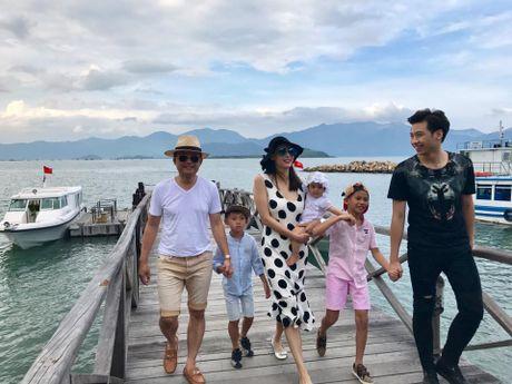 Vo chong Ha Kieu Anh dua 4 con di nghi duong - Anh 1