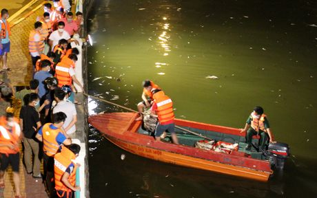 Hinh anh: Hang tram nguoi trang dem vot ca chet o Ho Tay - Anh 10