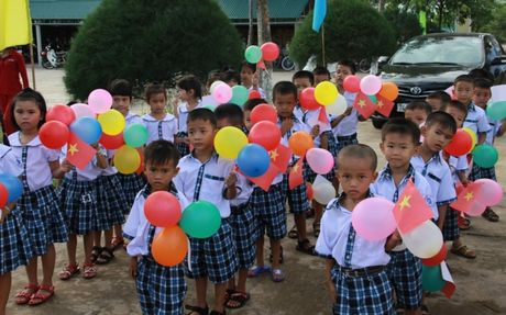 Quang Tri mien hoc phi cho 13.000 hoc sinh 16 xa vung bien - Anh 1