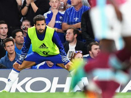 Diem tin chieu 04/10: Xavi ung ho Ronaldo gianh QBV; Chelsea ban thao Fabregas cho Milan - Anh 1