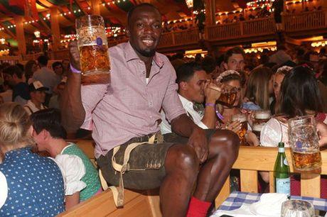 Sao Bayern va Usain Bolt tung bung don le hoi bia lon nhat trong nam - Anh 3