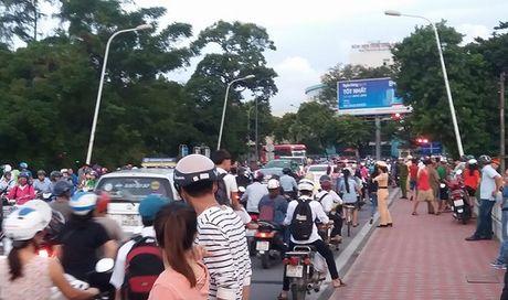 Hue: Nam thanh nien nhay song Huong tu tu - Anh 2