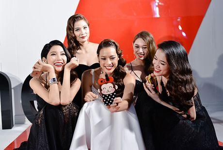 Pham Huong tranh thu selfie, Lilly Nguyen ngu gat khi chup anh - Anh 5