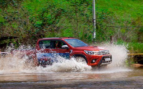 Toyota Hilux va mot chuyen di dang nho - Anh 1