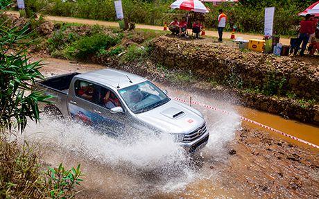 Toyota Hilux va mot chuyen di dang nho - Anh 3