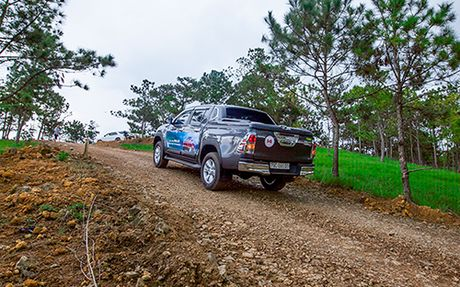Toyota Hilux va mot chuyen di dang nho - Anh 4