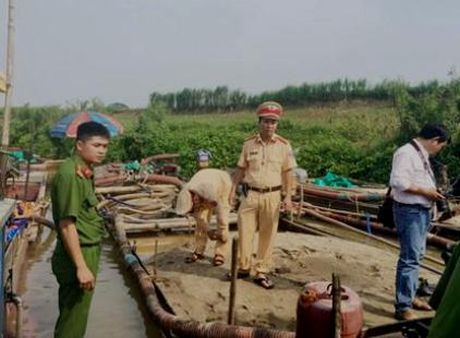 Thanh Hoa: 4 thuyen khai thac cat trai phep bi bat giu - Anh 1