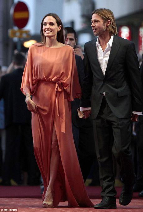 Bi Jolie bo, Brad Pitt khoc va cau cuu cha me hang ngay - Anh 4