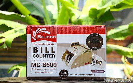 Tren tay may dem tien Silicon MC-8600, phat hien duoc tien gia - Anh 1