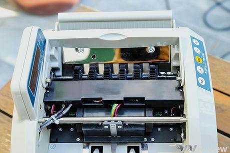 Tren tay may dem tien Silicon MC-8600, phat hien duoc tien gia - Anh 3