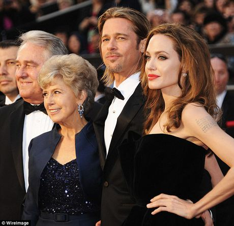 Brad Pitt goi dien khoc voi cha me moi ngay, cac con nan ni Jolie ve voi cha - Anh 1