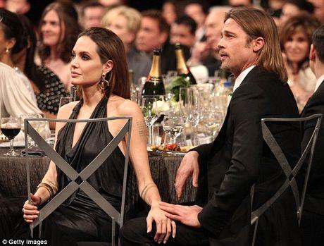 Brad Pitt goi dien khoc voi cha me moi ngay, cac con nan ni Jolie ve voi cha - Anh 2