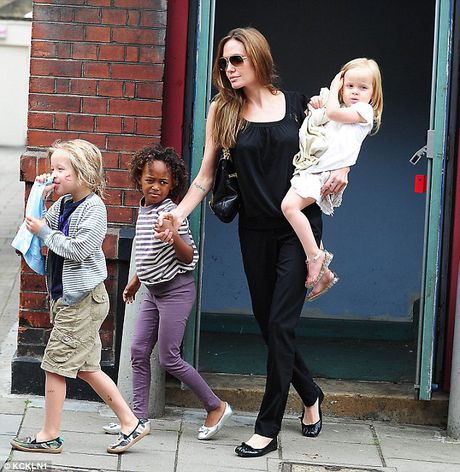 Brad Pitt goi dien khoc voi cha me moi ngay, cac con nan ni Jolie ve voi cha - Anh 3