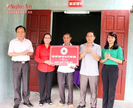 Hoi CTD Thai Hoa trao tien ho tro xay dung nha cho ho ngheo - Anh 1