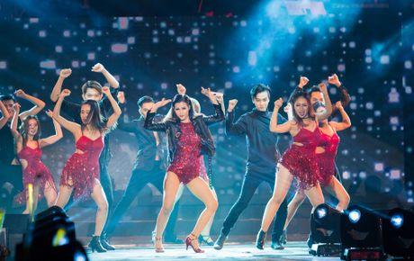 Nhung bo canh long lay cua Dong Nhi trong 'It's showtime' - Anh 10