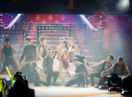 Nhung bo canh long lay cua Dong Nhi trong 'It's showtime' - Anh 11