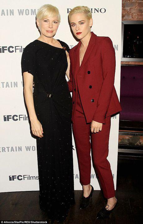 Kristen Stewart mac tao bao tren tham do - Anh 5