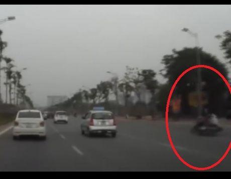 Thanh nien di xe may huc vang cu gia giua pho - Anh 1