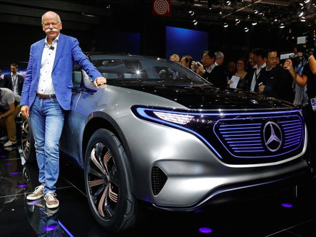 Mercedes tham vong soan ngoi 'vuong xe dien' cua Tesla 10 nam toi - Anh 1
