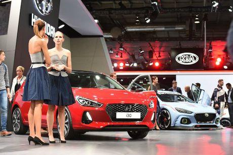 Me man dan chan dai ben xe moi tai 2016 Paris Motor Show - Anh 11