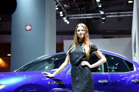 Me man dan chan dai ben xe moi tai 2016 Paris Motor Show - Anh 9