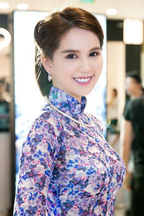 Chan khoe noi y, Ngoc Trinh 'hoa' gai ngoan dien ao dai duyen dang - Anh 3