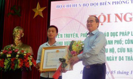 Trao Huan chuong dung cam cho nguoi cuu hanh khach tau Thao Van 2 - Anh 1