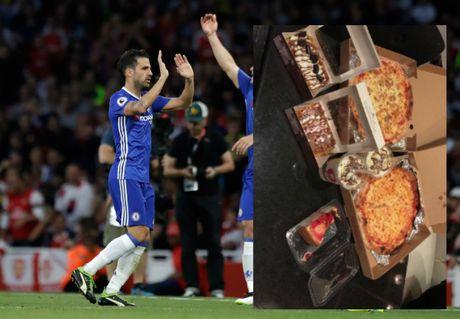 Tin HOT toi 5/10: Ibra truat quyen Rooney, Suarez phan no voi Barca - Anh 2