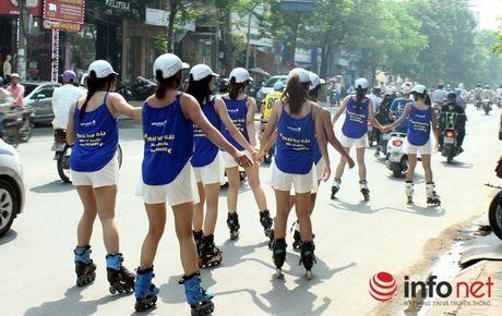 Phat 2 trieu dong Kids Plaza vi cho cac co gai gia ba bau truot patin tren pho - Anh 2