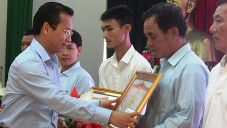 Khen thuong cap Nha nuoc cho ca nhan, tap the dung cam cuu nguoi - Anh 2