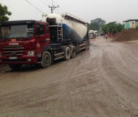 "Linh Nam, Ha Noi: Ai ""bao ke"" cho tram tron be tong 11 ""hanh dan""? - Anh 2"