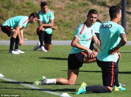 Ronaldo chay het minh tren san tap cung tuyen Bo Dao Nha - Anh 2