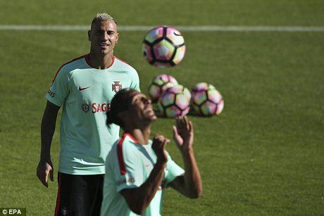 Ronaldo chay het minh tren san tap cung tuyen Bo Dao Nha - Anh 7