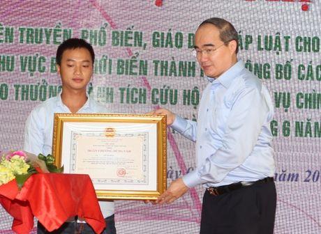 Vu lat tau tren song Han: Khen thuong 3 tap the, 6 ca nhan - Anh 1