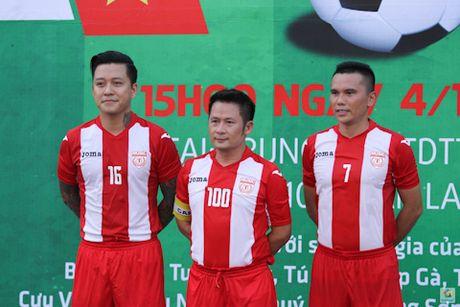 Tuan Hung ghi ban trong tran dau ung ho VDV Huyen Trang - Anh 1
