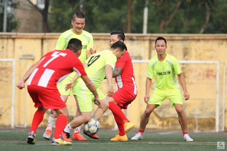 Tuan Hung ghi ban trong tran dau ung ho VDV Huyen Trang - Anh 4