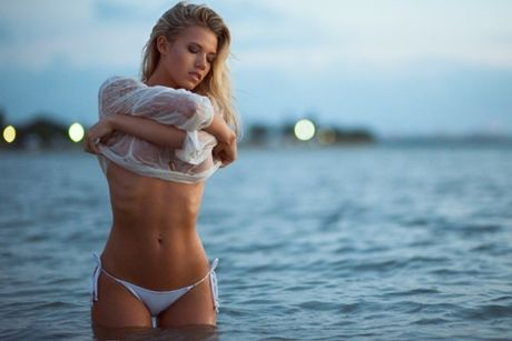 Charlotte McKinney - fan nu Chelsea tung anh nong, 'dot mat' nguoi xem - Anh 1