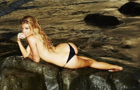 Charlotte McKinney - fan nu Chelsea tung anh nong, 'dot mat' nguoi xem - Anh 7