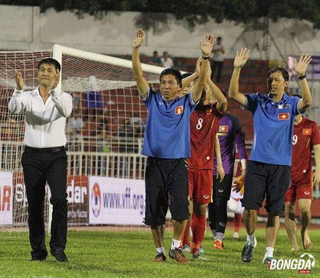 HLV Huu Thang canh cao hoc tro khong 'len may' sau chien thang - Anh 2