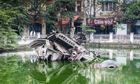 Xac may bay B52 tren ho Huu Tiep len bao Tay - Anh 1