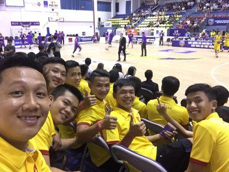Tuyen Futsal Viet Nam 'quay' tung bung tren khan dai - Anh 1