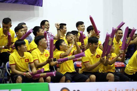 Tuyen Futsal Viet Nam 'quay' tung bung tren khan dai - Anh 2