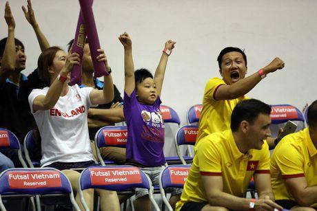 Tuyen Futsal Viet Nam 'quay' tung bung tren khan dai - Anh 3