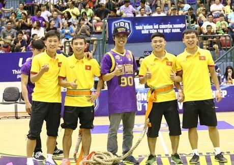 Tuyen Futsal Viet Nam 'quay' tung bung tren khan dai - Anh 6