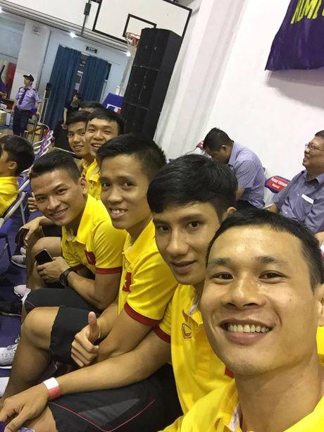 Tuyen Futsal Viet Nam 'quay' tung bung tren khan dai - Anh 7
