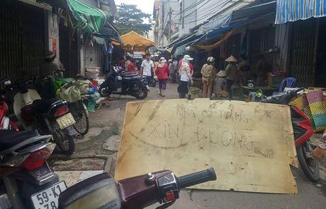 Bon nguoi thuong vong vi canh tranh mua ban trai cay o TP HCM - Anh 1