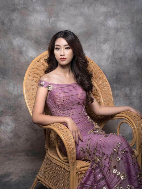 Hoa hau Do My Linh 'bien hoa' trong chiec vay da hoi - Anh 3